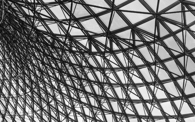 鉄骨組みの屋根